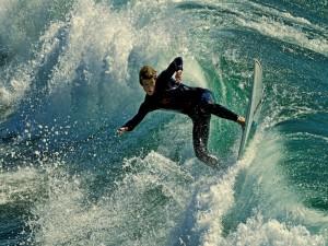 Muchacho surfeando
