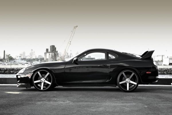 Toyota Supra de color negro