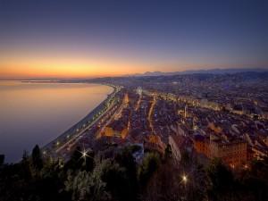 Ciudad costera iluminada al amanecer