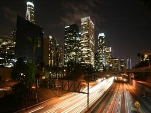 Carreteras junto a los rascacielos de una ciudad