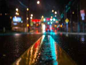 Luces reflejadas en las líneas de una carretera
