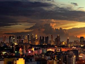 Nubes al amanecer sobre una ciudad