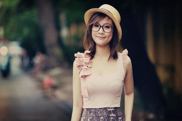Chica con gafas y sombrero