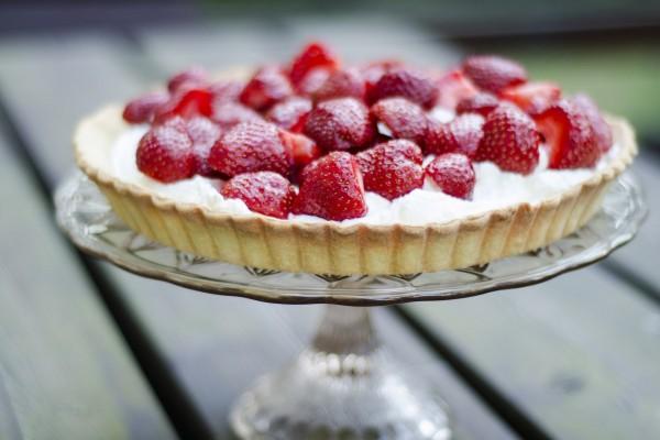 Una rica tarta con fresas