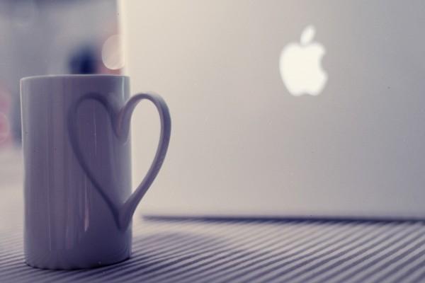 Taza junto a un Macbook