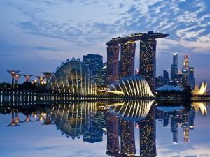 Edificios de Singapur reflejados en el agua