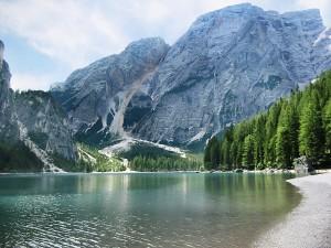 Hermoso lago junto a unas montañas