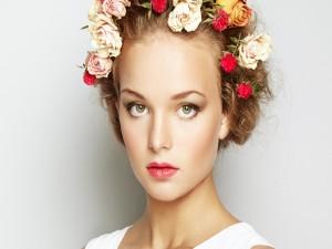 Mujer con una corona de flores en la cabeza
