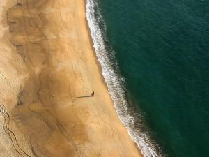 Paseando por la pintoresca playa de Nazaré (costa atlántica de Portugal)