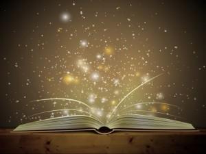 Libro abierto de donde sale un resplandor mágico