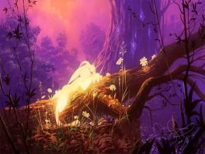 Conejo dormido sobre un tronco en el bosque de hadas