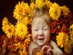 Bebé sonriente rodeado de flores amarillas