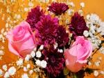 Ramo con rosas de color rosa, dalias púrpuras y pequeñas flores blancas