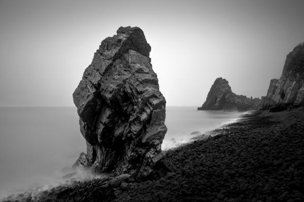 Hermosa playa en blanco y negro