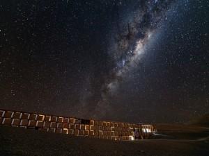 Vía Láctea sobre el observatorio Paranal (Chile)