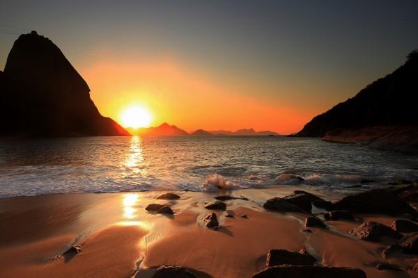 Agradable amanecer en un playa de Río de Janeiro (Brasil)
