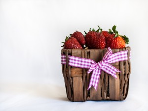 Postal: Una cesta de mimbre con fresas