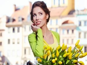 Una mujer con tulipanes amarillos
