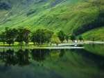 Cabaña junto al lago y al pie de la montaña