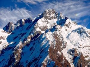 Imponente montaña cubierta de nieve