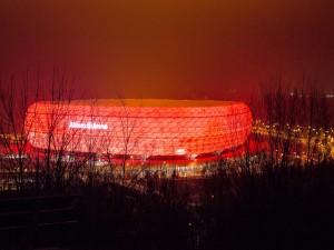 El estadio de fútbol Allianz Arena iluminado (Múnich, Alemania)