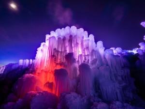 Castillo de hielo iluminado en una noche estrellada