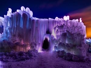 Un bonito castillo de hielo iluminado en la noche