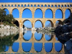 Puente del Gard reflejado en el río (Francia)