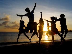 Grupo de amigos disfrutando en una playa al amanecer
