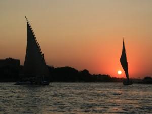 Barcos navegando al atardecer