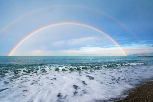 Un hermoso arcoíris sobre el mar
