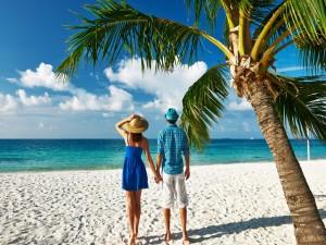 Pareja en una bonita playa