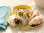 Rollos asiáticos rellenos de fideos y verduras