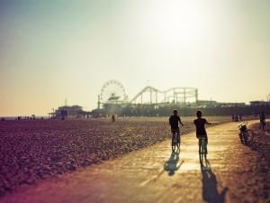 Paseando en bicicleta junto a una playa