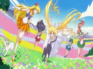 La Princesa Serenity corriendo con las guardianas  y los gatos Luna y Artemis (Sailor Moon)