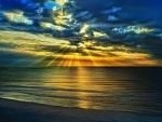 Hermoso amanecer sobre el mar