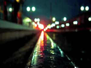 Calle iluminada tras la lluvia