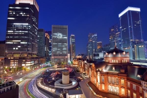 Luces en la estación de Tokio (Japón)