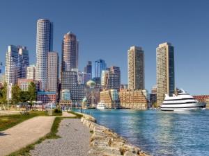Barcos junto a los edificios de una ciudad