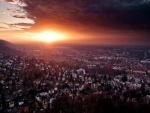 Amanecer nuboso sobre una ciudad