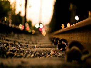 Destellos sobre la vía de un tren