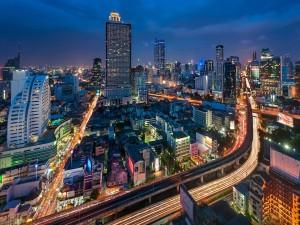 Carretera y edificios de una gran ciudad