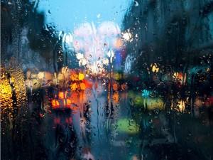 Luces y lluvia tras la ventana