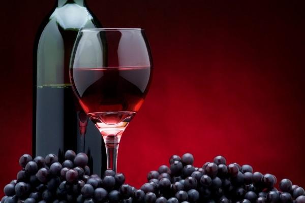 Un buen vino tinto y uvas