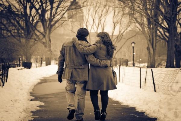 Pareja de enamorados caminando en una tarde invernal