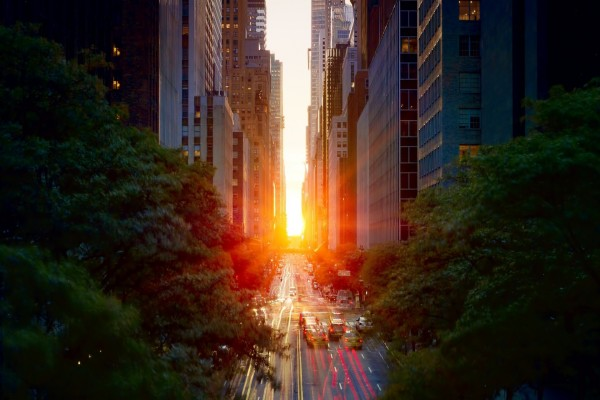 Sol iluminando la calle de una ciudad