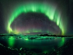 Una hermosa aurora boreal reflejada en el agua helada