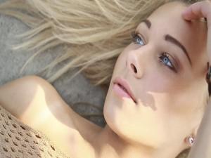 La cara de una hermosa chica de ojos azules