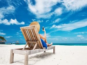 Mujer relajada en una playa