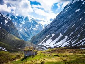 Cabaña entre grandes montañas